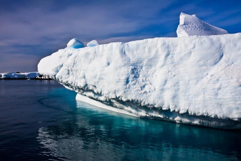 Zdjęcie przedstawia niewysoki lodowy klif.