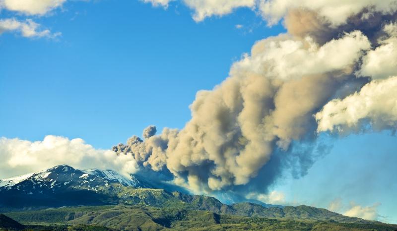 zdjęcie przedstawia wulkan z kłębami dymu