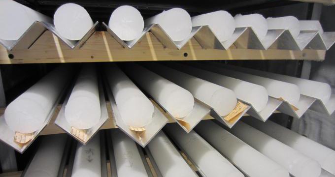 Na zdjęciu widoczne są leżące na półkach białe cylindryczne bryły lodu