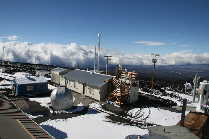 Zdjęcie przedstawia zabudowania i urządzenia na zboczu pokrytej częściowo śniegiem góry.