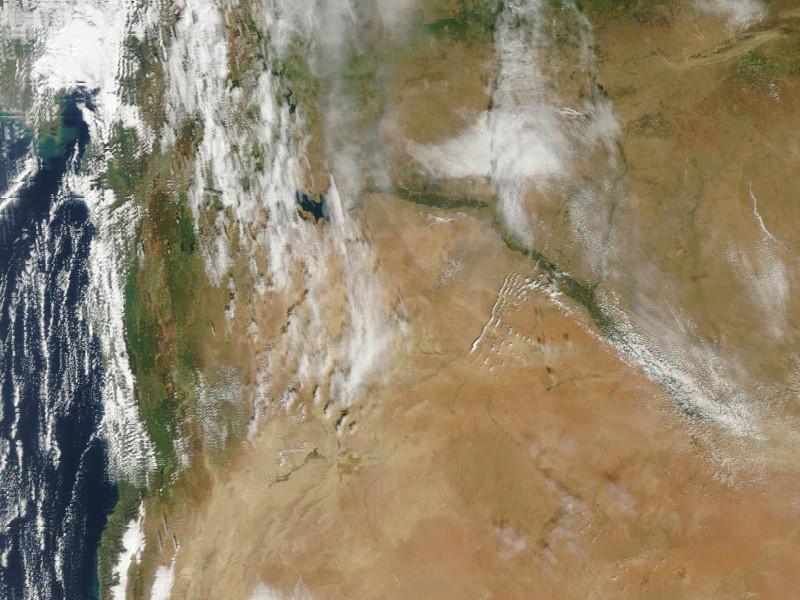Zdjęcie satelitarne z bliskiego wschodu - widać suche, pustynne rejony oraz zielone wybrzeże i doliny rzeczne.