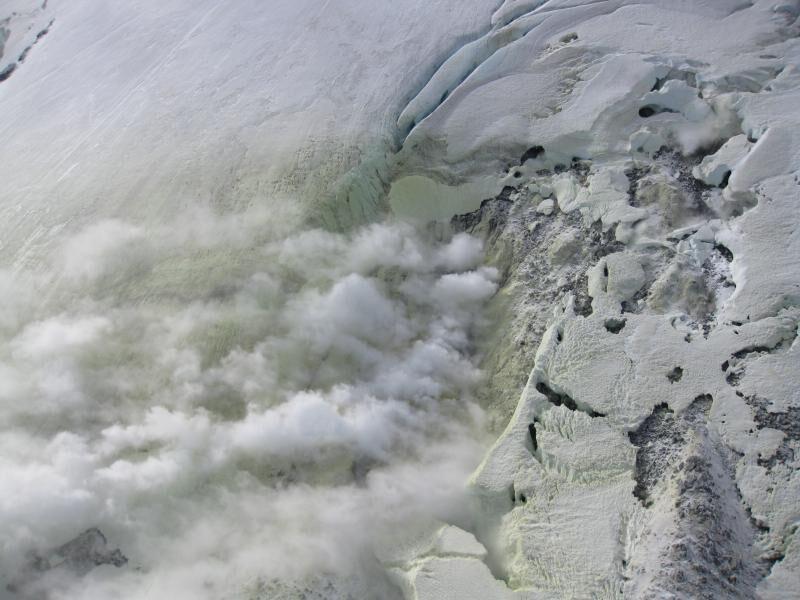 Dymiące jasnym dymem skały