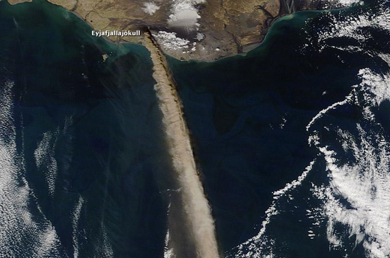 Zdjęcie satelitarne fragmentu Atlantyku z widoczną Islandią i dymiącym wulkanem