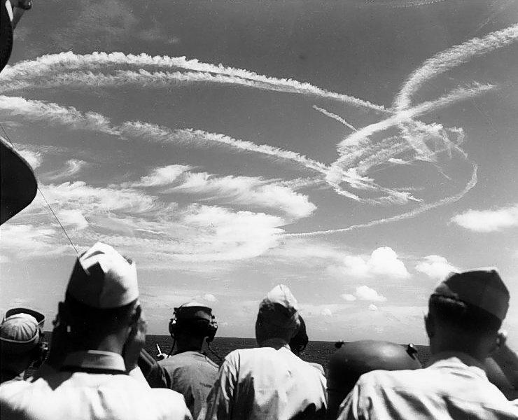 Smugi kondensacyjne z samolotów bojowych