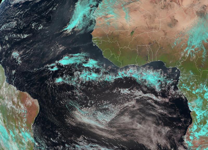 Zdjęcie przedstawia satelitarny obraz Atlantyku. W okolicach równika widoczny jest biały pas gęstych chmur