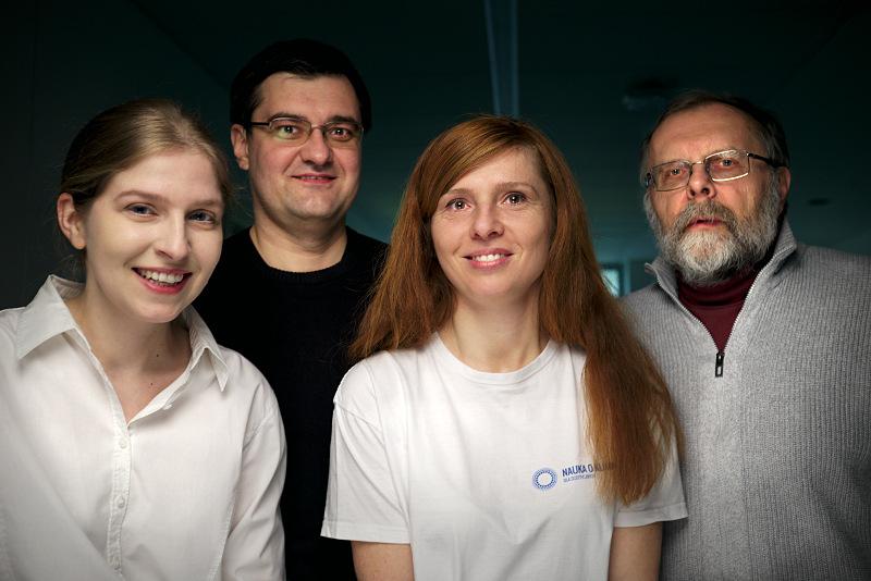 Zdjęcie przedstawia cztery osoby, od lewej blondynka ze spiętymi włosami i w białej bluzce, brunet w okularach, ruda kobieta z długimi rozpuszczonymi włosami i w koszulce z logo Nauki o klimacie, starszy mężczyzna z brodą i w okularach
