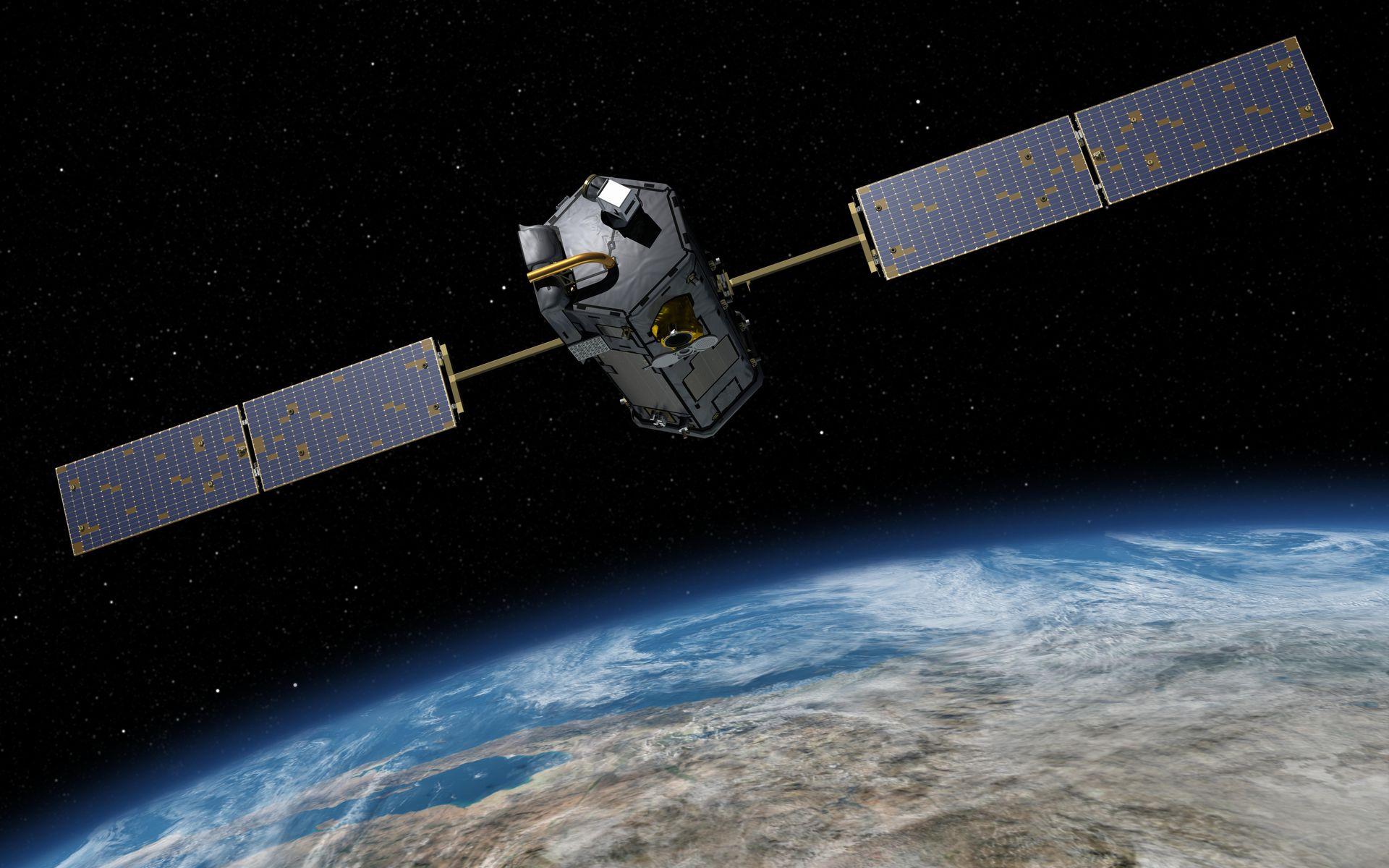 Ilustracja przedstawia satelitę z dwoma podłużnymi bateriami słonecznymi, poniżej fragment kuli ziemskiej