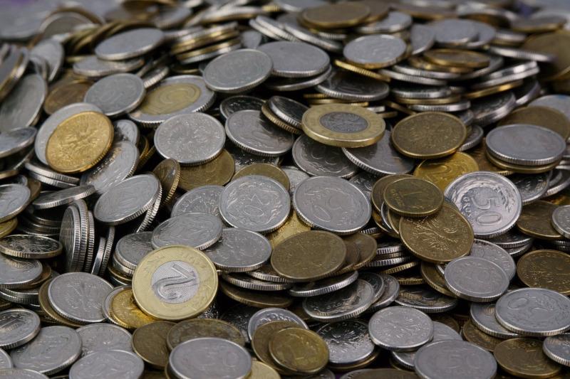 Podatek od CO2 - zdjęcie ilustracyjne przedstawiające stos monet.