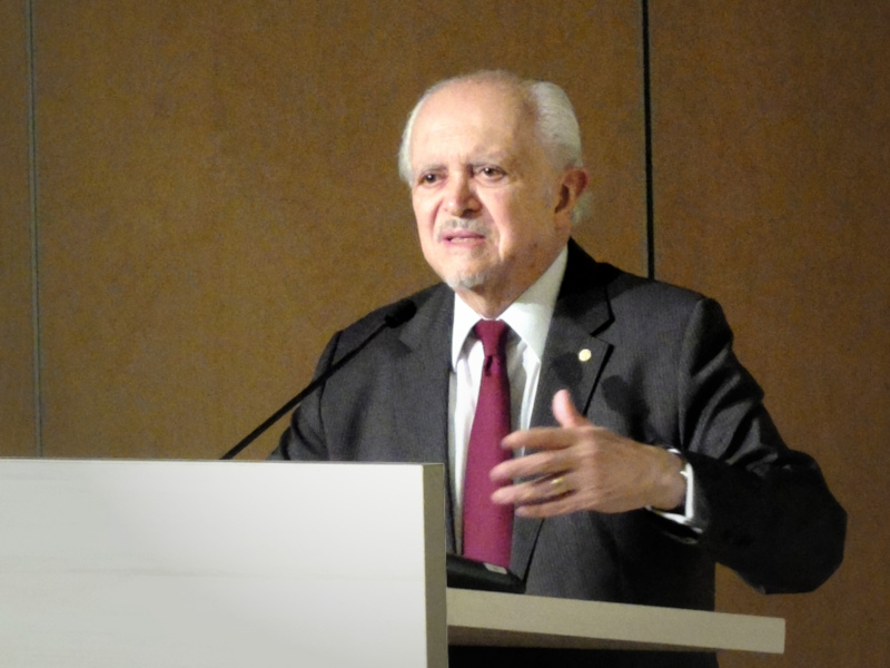 Zdjęcie: Mario Molina podczas wykładu.