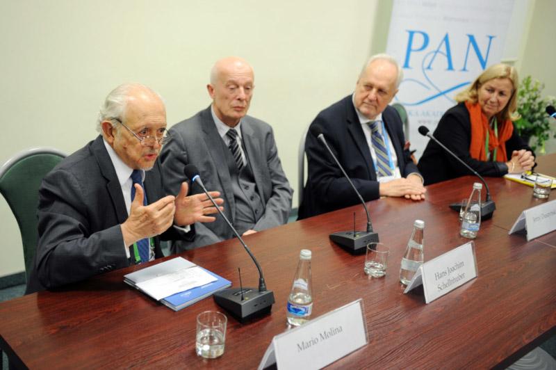 Zdjęcie: Mario Molina i inni naukowcy.