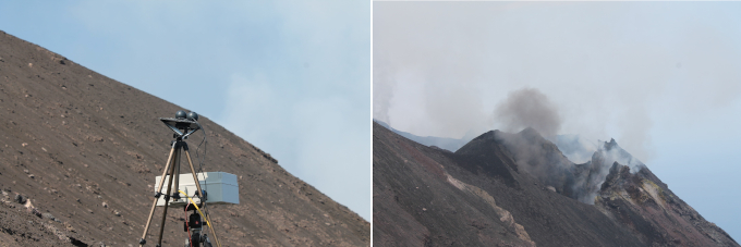 Pomiary emisji wulkanicznych. Po lewej: przyrząd stojący na trójnowu na zboczu wulkanu, po prawej zbocze wulkanu i unoszący się z niego tuman dymu.