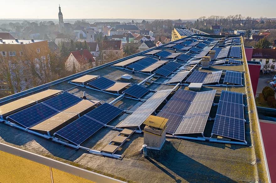 Bezemisyjna przyszłość - baterie słoneczne na dachu.