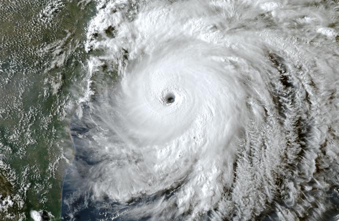 """Zdjęcie satelitarne: huragan Laura. Widoczny wielki wir chmur w wyraźnym """"okiem"""" po środku"""