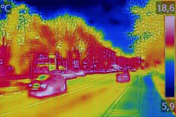 Zdjęcie ulicy wykonane kamerą termowizyjną. Najgorętsze są samochody, średnio ciepłe – jezdnia i drzewa, chłodne niebo.