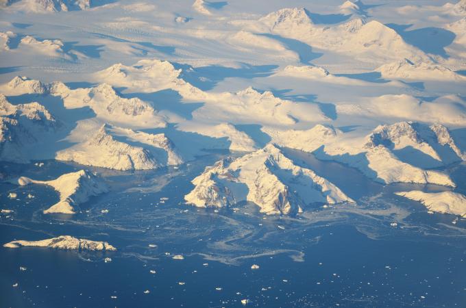 Zdjęcie lotnicze: wybrzeże Grenlandii, widać wielkie góry z lodowcami pomiędzy