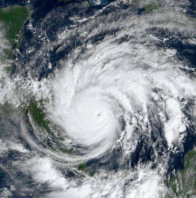 Zdjęcie satelitarne: huragan Jota, widoczny wielki wir chmur