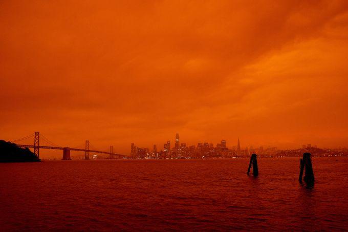 djęcie: San Francisco, widok na miasto i most Golden Gate, pomarańczowe niebo z chmurami.