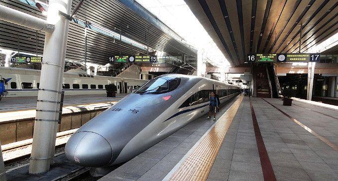 Zdjęcie: wnętrze stacji kolejowej, zadaszone perony, na pierwszym planie nowoczesny pociąg z bardzo wydłużonym aerodynamicznym przodem.