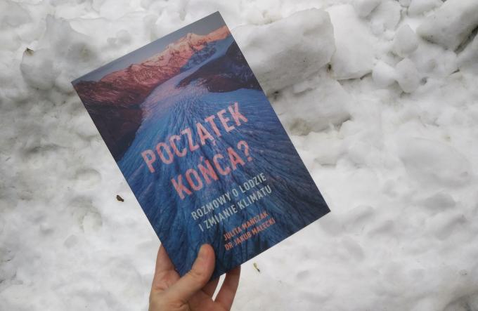 """Zdjęcie: Książka """"Początek końca? Rozmowy o lodzie i zmianie klimatu"""" na tle śniegu."""