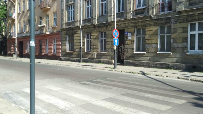 Zdjęcie: upał w Łodzi, widoczna zalana słońcem ulica, stare kamienice