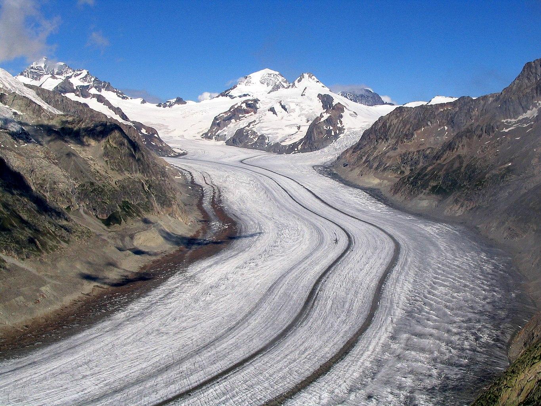"""Zdjęcie: Jęzor lodowca Aletsch, rozległa lodowa """"rzeka"""" pomiędzy górami."""