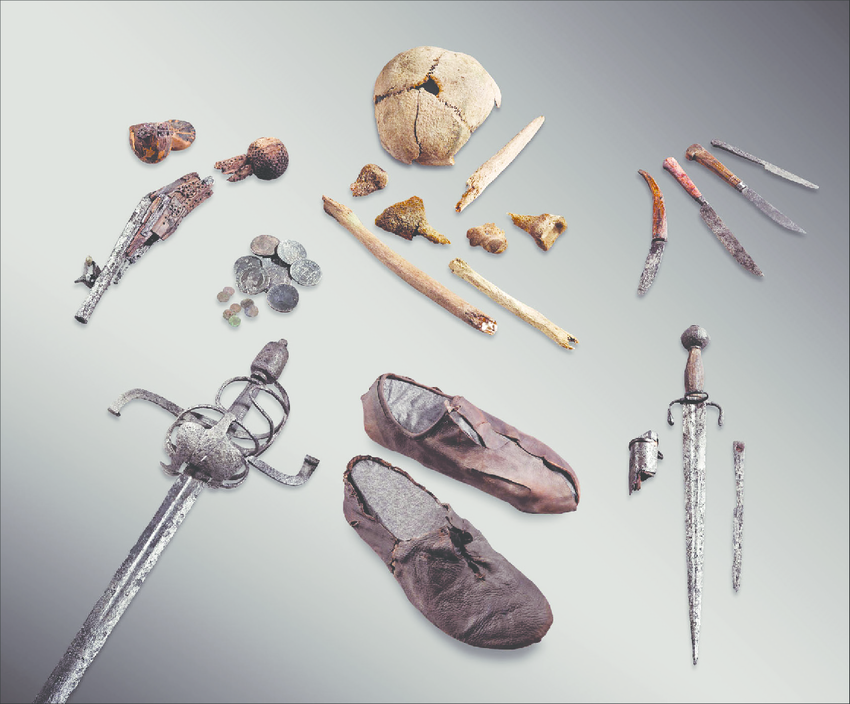 Zdjęcie: pozostałości podróżnika znalezione na lodowcu Theodul. Ułożone obok siebie fragmenty kości, rapier, sztylet, zestaw małych noży, kilka monet, obuwie.