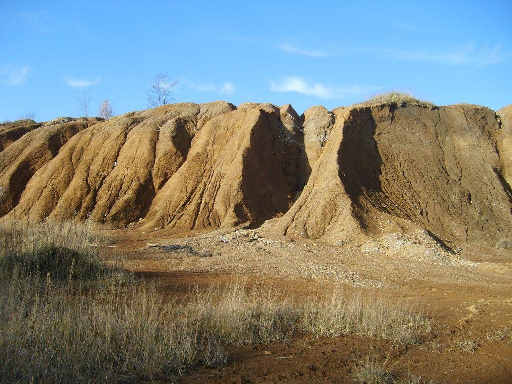 Zdjęcie: krajobraz z wyschniętą trawą i spaloną słońcem ziemią.