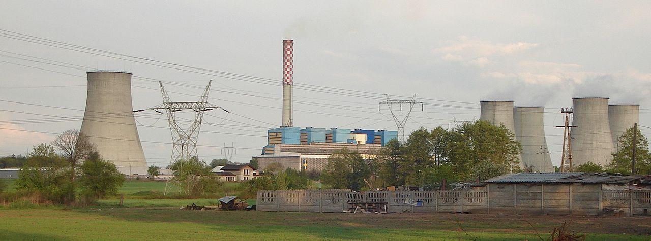"""Zdjęcie: Elektrownia węglowa """"Adamów"""" w Turku. Duża budowla przemysłowa."""
