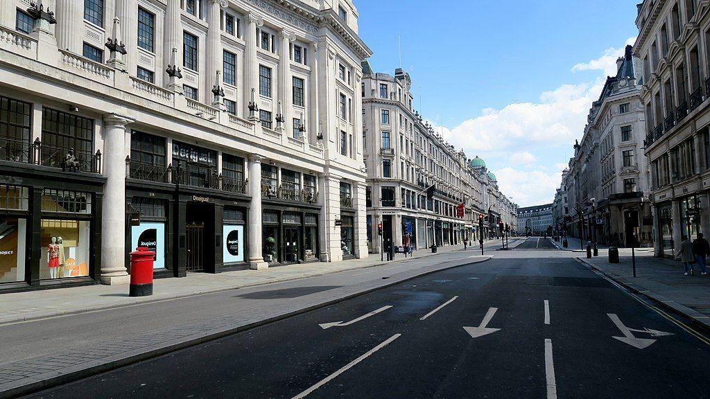 Zdjęcie: pusta ulica Regent Street w Londynie podczas epidemii COVID-19.