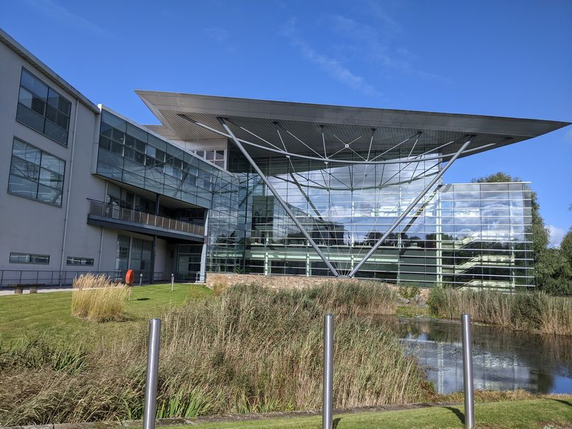 Zdjęcie: budynek Hadley Centre, nowoczesny, częściowo przeszklony gmach ze stawem przed frontem.